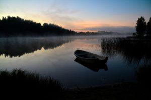 Cecilia Wemgård En kylig höstmorgon vid Rönningesjön innan solen gått upp och älvorna dansar på vattnet